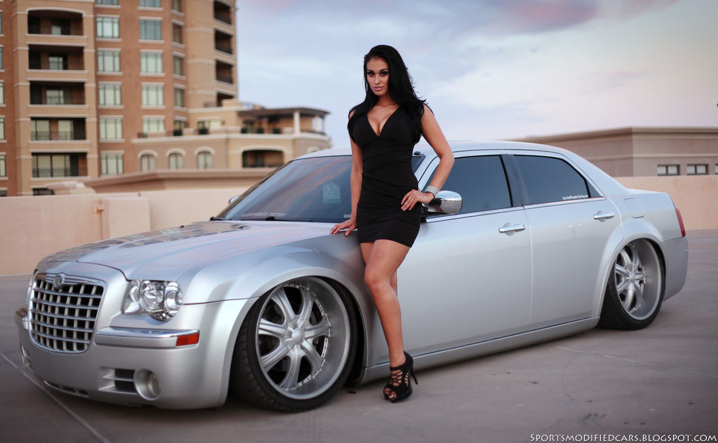 Changement de voiture chez Snake ! - Page 2 Chrysler-300c3-and-girl-www-sportsmodifiedcars-blogspot-com-jpg